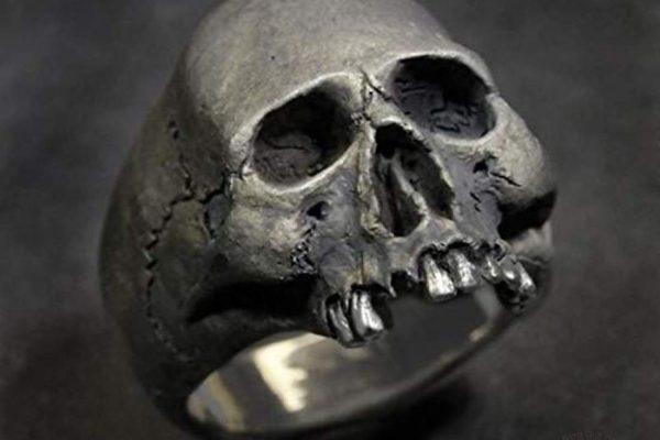 Bague tête de mort, un accessoire de mode intemporel